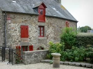 Saint-Suliac - Casa de piedra con persianas de color rojo