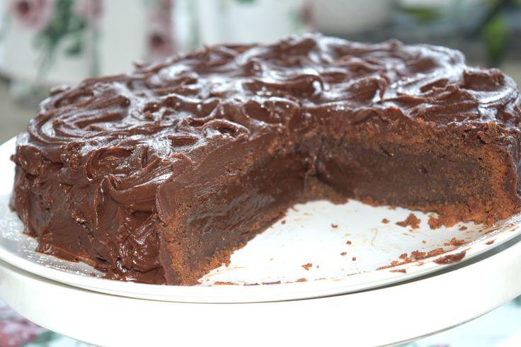Magiskt god fransk chokladtårta med massa glasyr på toppen. Perfekt att ha som födelsedagstårta eller att bjuda vännerna på.