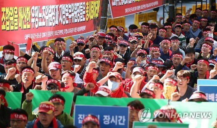 """""""우체국은 죽음의 일터"""" 토요 근무 반대 외치는 집배원 #korea #insight"""