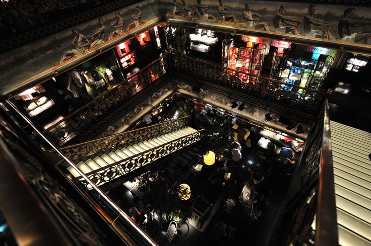 Het interieur van de winkels van 'Abercrombie & Fitch' hebben wat weg van een dance-club. De keten wilt geassocieerd worden met mooie mensen, het hebben van een mooi-uitziende winkel, én niet te vergeten: het geurtje van Abercrombie & Fitch wat door heel de winkel gespoten wordt.