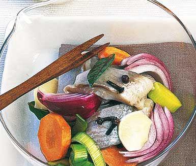 Lägg in sillen med vatten, socker och ättiksprit och tillsätt friska och smakrika ingredienser som pepparrot, ingefära, morot och purjolök. Krydda med röd lök, lagerblad, nejlikor och kryddpeppar innan blandningen får dra i kylen.
