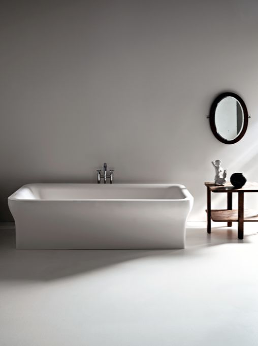 Novecento 2009 - Benedini Associati White Cristalplant® biobased bathtub or with dark grey outside (RAL7021) with rectangular-shaped outer profile which, with sinuous lines, reduces at the base. Can be fitted with polished stainless steel towel rail accessory that wraps around one corner or two opposing corners of the bathtub.