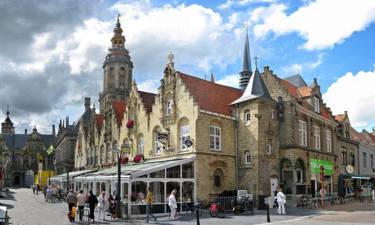 Market in Veurne, Belgium  ~  photo by Lokilech (2009) - [File:Veurne Stadtansicht.jpg]