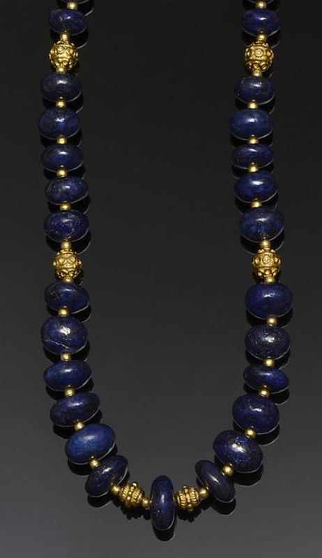 A lapis lazuli bead necklace Composed of a single strand of graduated lapis lazuli beads, with beaded spacer links between, length 45cm.