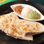 Chiles Mexican Grill - ケサディーヤ  チースとお肉をはさんでやきました、3色のソースをつけてお召し上がりください