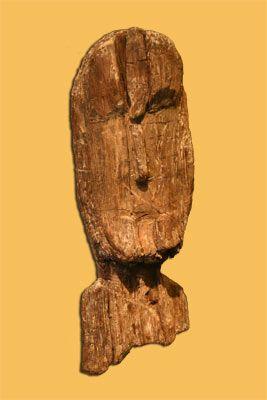 Puusta veistetyt ihmiskasvot kivikaudelta Kuva: Museovirasto (Mikko Teräsvirta 2005)