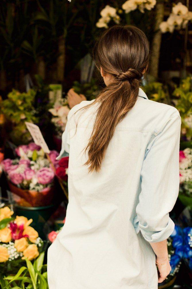 La queue de cheval basse twistée, une de nos 15 idées coiffure pour pimper ta queue de cheval