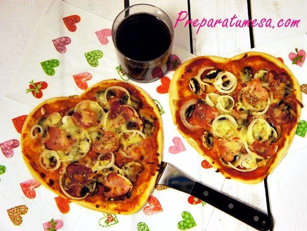 Pizza con forma de corazón para una cena romántica