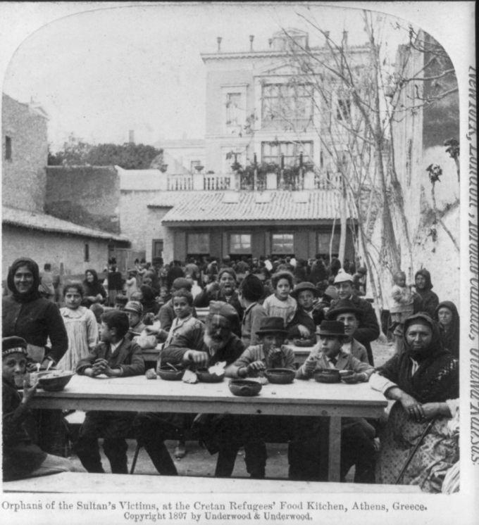 Κρήτες πρόσφυγες λαμβάνουν συσσίτιο στην Αθήνα, 1897. [ Underwood & Underwood]