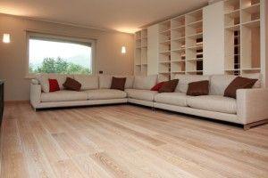 Parquet-legno-chiaro-infissi-pvc-bianchi-moderno