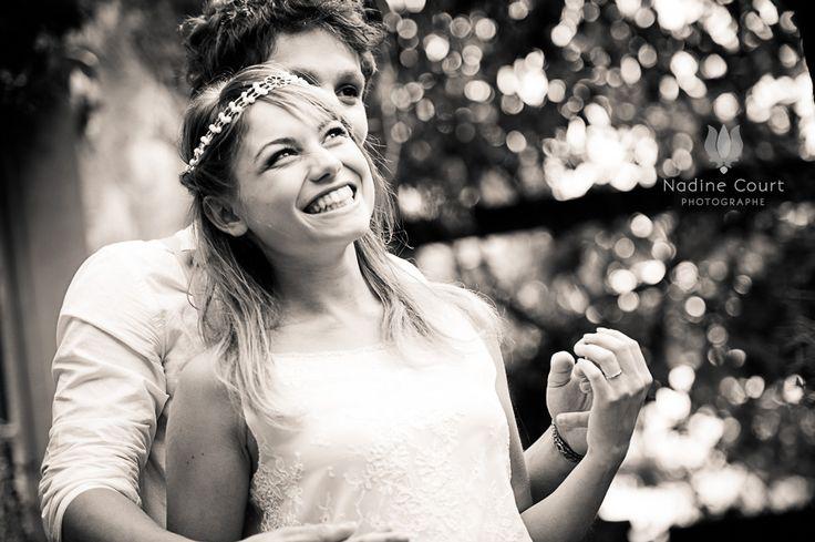 Couple de mariés enlacés riant aux éclats  crédit photo : Nadine Court