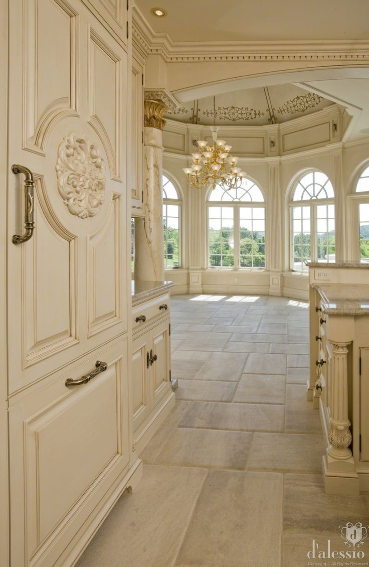 Beautiful Molding. Now this is a kitchen I could love
