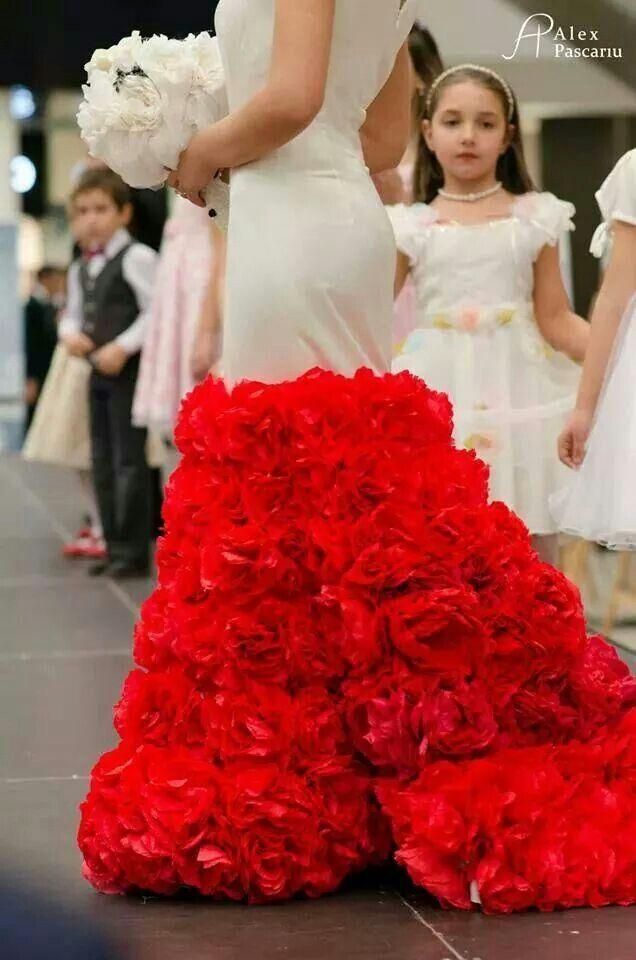 Rochie de mireasa decorata cu 300trandafiri lucrati manual Targul de nunti Expo Mariage Palas 2014, by Alina Dan