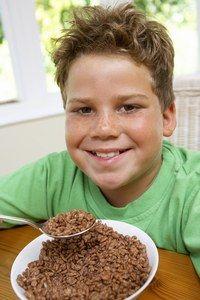 Das richtige Gewicht - Kinder: die richtige Ernährung - Übergewichtigkeit ist ein bei Kindern immer häufiger festzustellendes Phänomen, das ernst genommen werden sollte. Um das Übergewichtsproblem zu vermeiden sollten sie ihr Kind von Klein auf zu diversen Tätigkeiten anregen...
