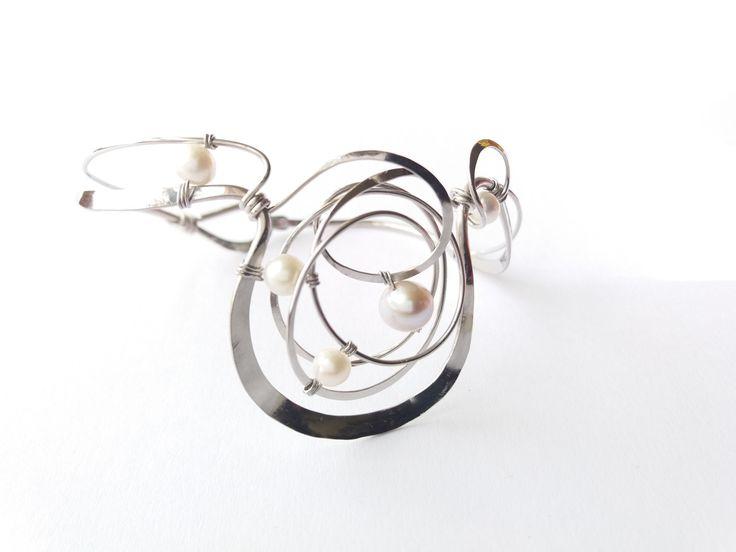 """Náramek+MR25P+""""Noblesa""""+bílé+exkluzivní+perly+Autorský+šperk.+Originál,+který+existuje+pouze+vjednom+jediném+exempláři.Vyniká+kouzelným+prostorovým+tvarem,+čistým+zpracováním+detailů,+jemně+laděnou+barevností+a+elegantním+výrazem.Nevšední+řešení+s+perlami+poutá+pozornost,+ale+není+okázalé,+díky+čemuž+se+tento+šperk+hodí+ke+každé+i+každodenní..."""