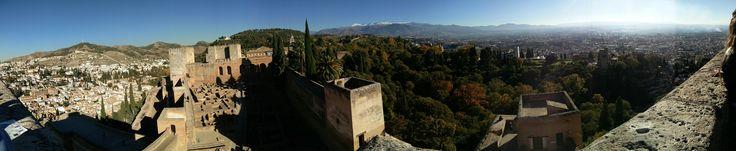 Panorámica desde la Torre de la Vela. Sierra Nevada de fondo. La Alhambra, Granada.
