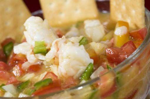 Para 4 personas: 500 gr de pescado blanco o marisco (rape, mero, merluza, gambas…) que esté muy fresco – 1 taza de zumo de limón (o lima, o ambas cosas mezcladas) – 3 tomates medianos de ensalada – 1 cebolla – 1 aguacate – Perejil picado – Un chorro de aceite de oliva – Sal …