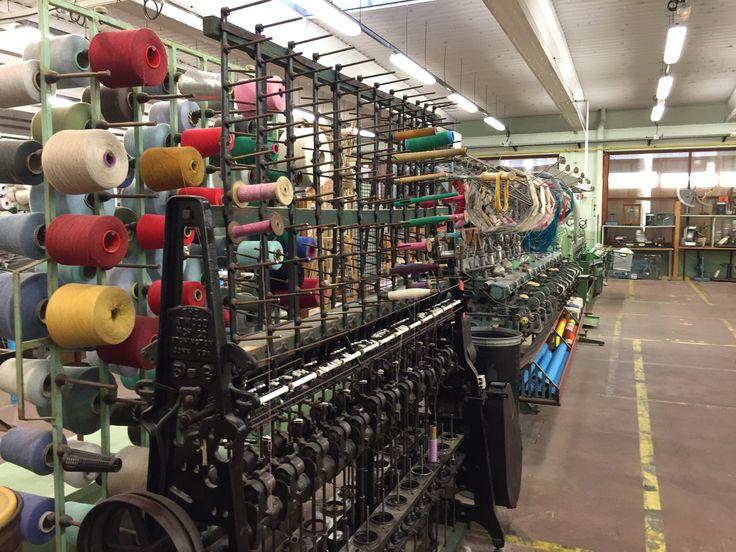 J'ai testé pour vous… Comme les plus de 4000 visiteurs qui s'y sont rendus au cours de l'année 2014, j'ai visité l'atelier musée du textile de Bolbec le 19 novembre dernier. Situé dans les anciennes usines Desgenétais, ce musée géré par l'association « Bolbec, au fil de la mémoire », composée pour l'essentiel d'anciens salariés du textile nous permet de découvrir toutes les étapes de la transformation du coton.