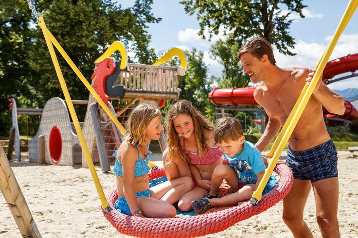 Abenteuerspielplatz im Freibereich mit chinesischem Drachen, Schaukeln und wippenden Flößen