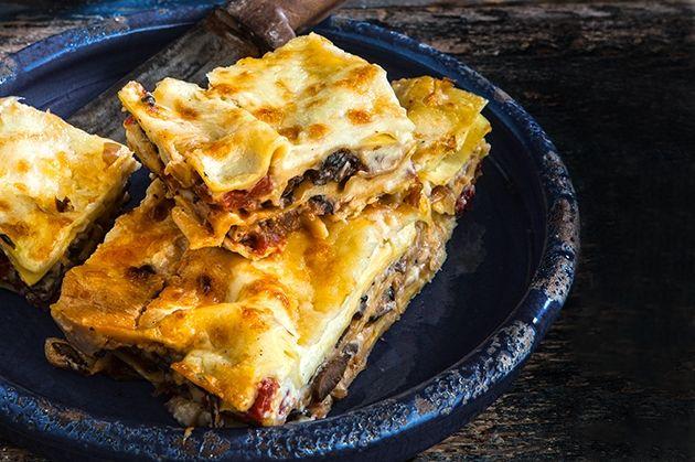 Νηστίσιμα λαζάνια με πλούσια κρέμα και σάλτσα από την Αργυρώ Μπαρμπαρίγου | Με νηστίσιμη μπεσαμέλ και σάλτσα μανιταριών, όλη η γεύση αλλά σαρακοστιανό!