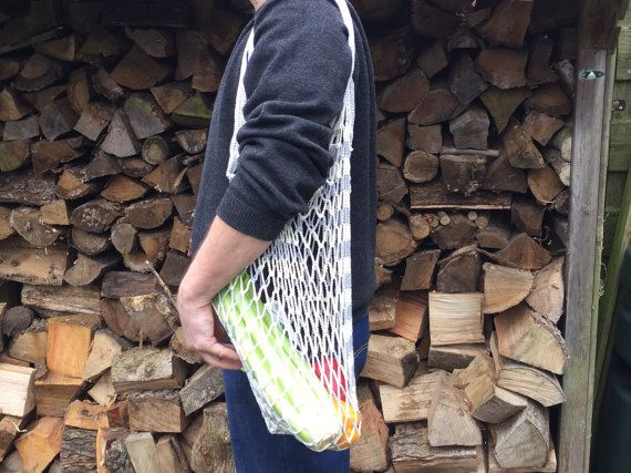 Deze grote draagtas kan uw nieuwe boodschappen tas zijn. Dit is mijn eigen ontwerp en handgemaakt. Het is een grote tas en hij zal heel geschikt zijn voor boodschappen doen en naar de markt gaan. De handvatten zijn lang om ze over de schouder te kunnen dragen. Ze zijn verstevigd en opgevuld voor meer comfort. Deze tas is gehaakt van stevige haak katoen in wit en lichtgrijs. Er is geen andere van. Maat: 65x45 cm (26x18 inch) rekt uit in het gebruik, hengsels 45 cm (18 inch) Wassen: fijnwas…
