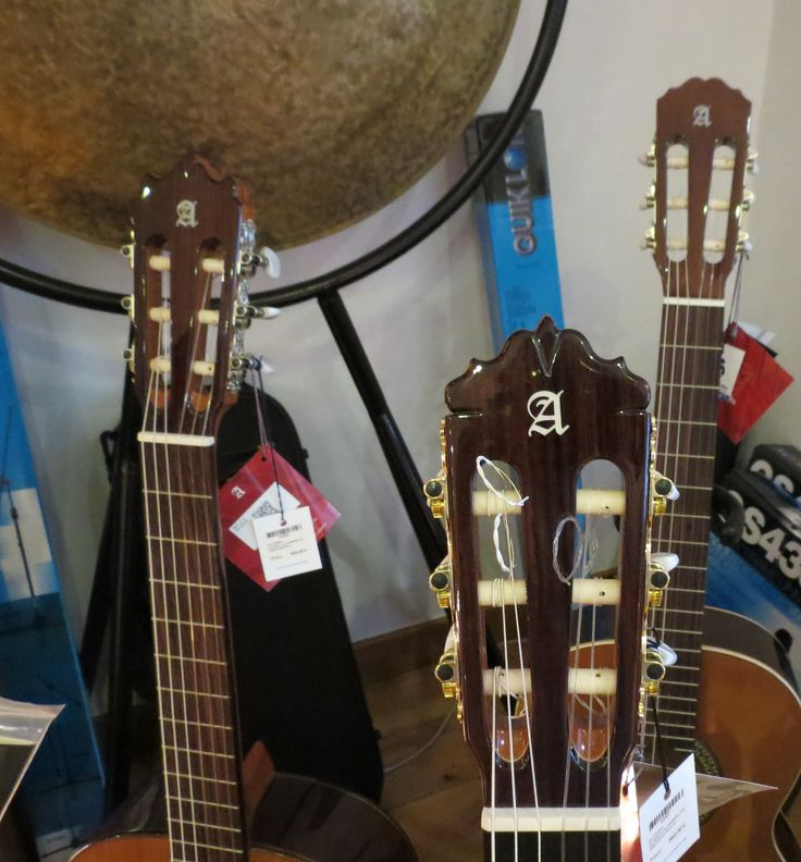 Boa tarde! Procura uma guitarra clássica? Venha ao Salão Musical de Lisboa ver os vários modelos de guitarras Alhambra que temos para lhe propor. Também pode consultar o nosso site www.salaomusical.com