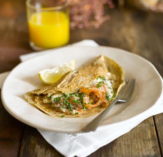 Heerlijke omelet met een gerookte zalmsaus. Deze zalmsaus maak je natuurlijk met Hellmann's mayonaise, gerookte zalm en bieslook. Serveer deze verrukkelijke omelet met een frisse, eenvoudige, groene salade.