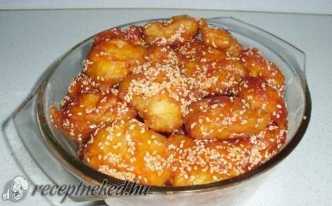 Kínai szezámmagos csirke -   Hozzávalók: Bundához:      6 ek liszt     3 ek étkezési keményítő     1 ek olaj     1 tojás     1 egész csirkemell     csipet só     pici víz     1,5 kk sütőpor  Mázhoz:      ketchup     chili (erős pista)     méz     3-4 ek szezámmag