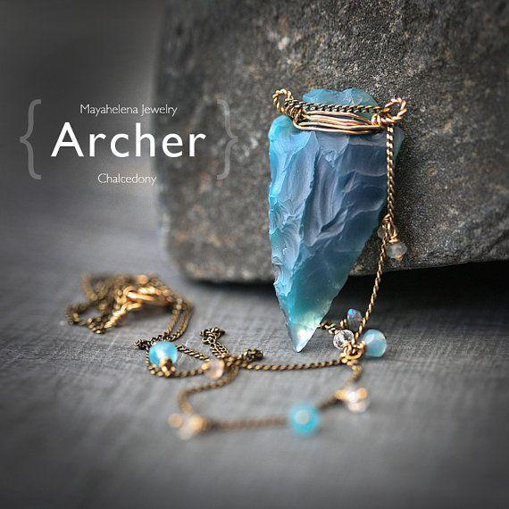 De Boogschutter Boogschutter - blauwe Chalcedoon pijlpunt Hand gesneden gouden gevulde verpakt lang Tribal ketting