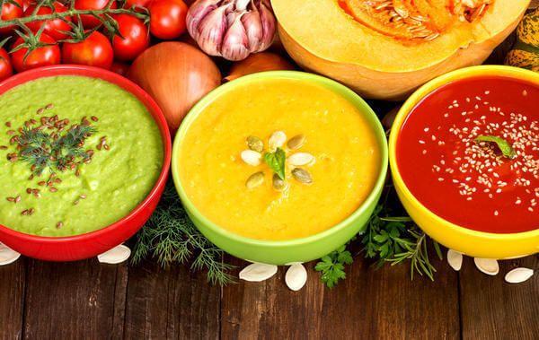 Если в вашем домашнем меню до сих пор нет аппетитного супа-пюре, ситуацию нужно срочно исправлять. Ведь готовятся такие супы так же легко, как и традиционные жидкие. Только отличаются особым нежным вкусом и питательностью. Можно использовать практически любые овощи:  картофель, тыкву, морковь, свеклу, томаты, шпинат, сельдерей и даже авокадо. Такой суп — отличный вариант для тех, кто соблюдает диету, а также для тех, кто не любит определенные продукты — например,лук. Ведь в процессе…