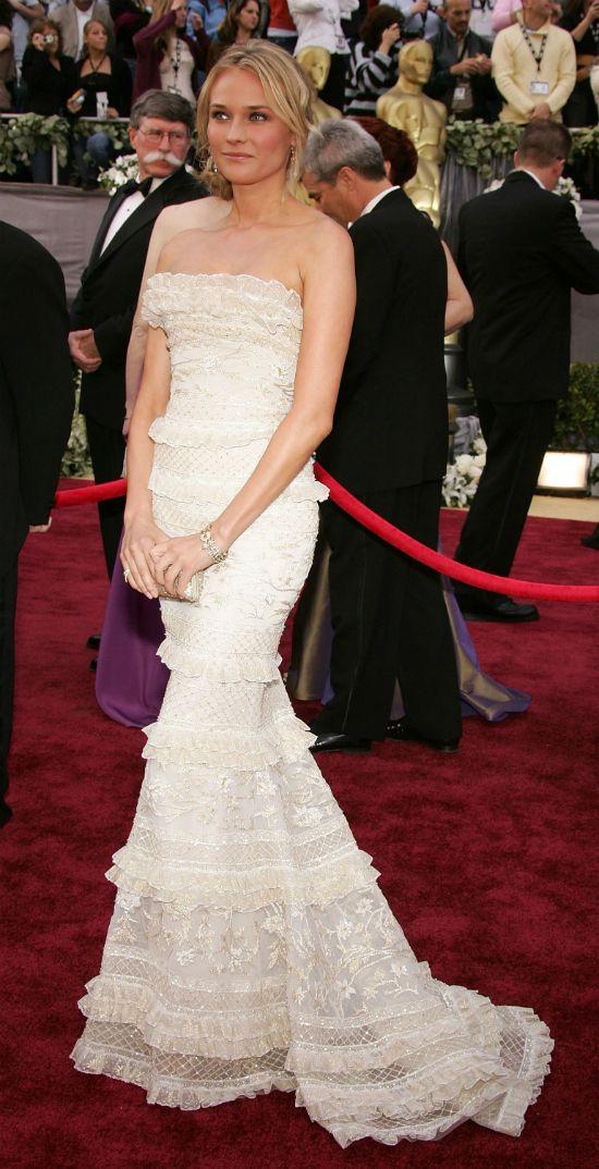 Diane Kruger en la gala de los Oscar 2006 , asistió con un vestido blanco con detalles dorados y volantes de Elie Saab.