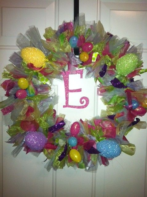 cuteWreaths Tutorials, Crafts Ideas, Ribbons Wreaths, Tulle Wreaths, Easter Decor, Wire Hangers, Easter Wreaths, Easter Eggs, Easy Easter
