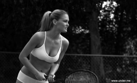 Bar Rafaeli     Bar Rafaeli ingin memulai tren baru dalam bermain olahraga tenis, hanya dengan menggunakan pakaian dalam. Bukan karena keinginan pribadi, namun Rafaeli menjadi model kampanye pakaian dalam, 'Under Me'.    http://kplg.co/76Pd