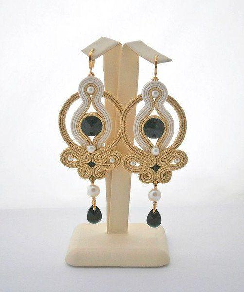 Pendientes colgantes - Cream and gold-colored soutache earrings - hecho a mano por allushkaa en DaWanda
