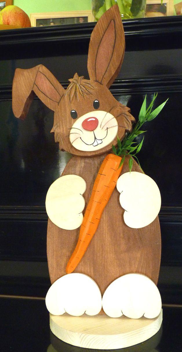 Dieser kleine Hase sieht mit seinem leicht schräg gestellten Kopf und seiner Möhre ganz besonders niedlich aus.