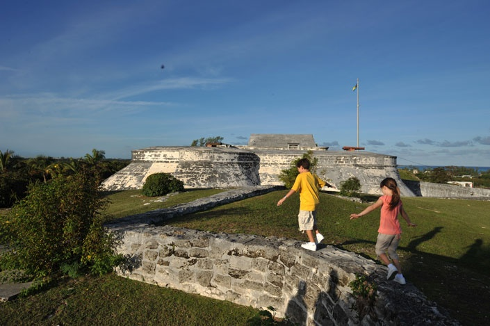 Fort Montague es la fortaleza más antigua de las islas de las Bahamas. Construido en 1742, el fuerte se compone de cuarteles para los oficiales y guardias, una sala de guardia, un almacenamiento de municiones y cañones de 4 en pie.    Fuente: http://www.nassauparadiseisland.com