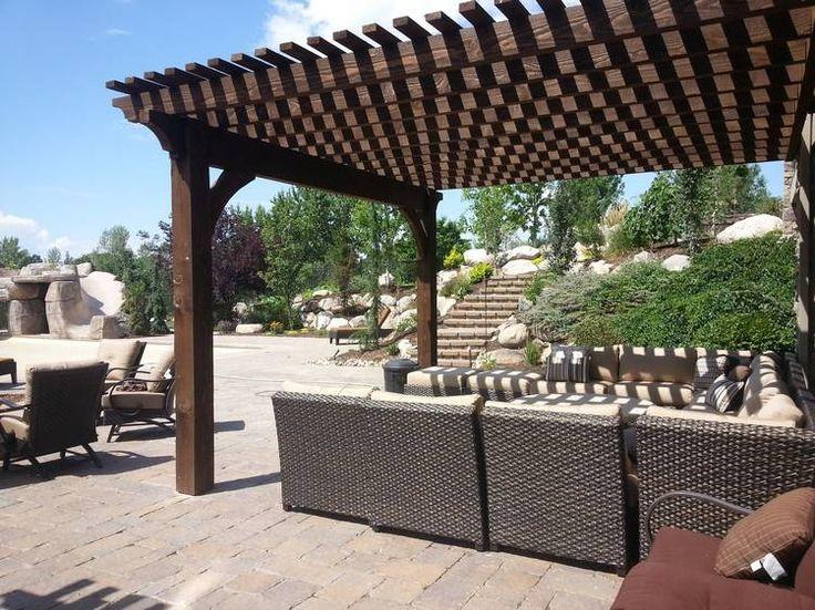protection solaire pergola en bois avec des meubles en rotin