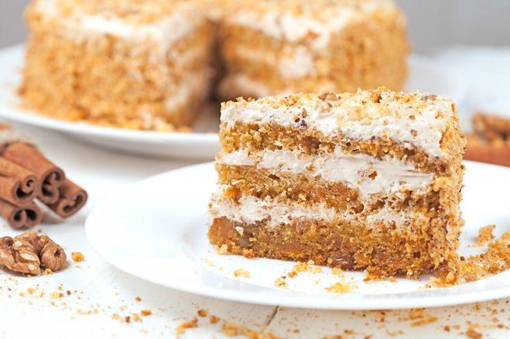 La torta alle noci con crema al mascarpone è un dolce sofisticato, dai sapori forti ma davvero irresistibile. Ecco la ricetta