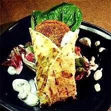 Falafel i grillat tortillabröd med myntayoghurt - Recept - Tasteline