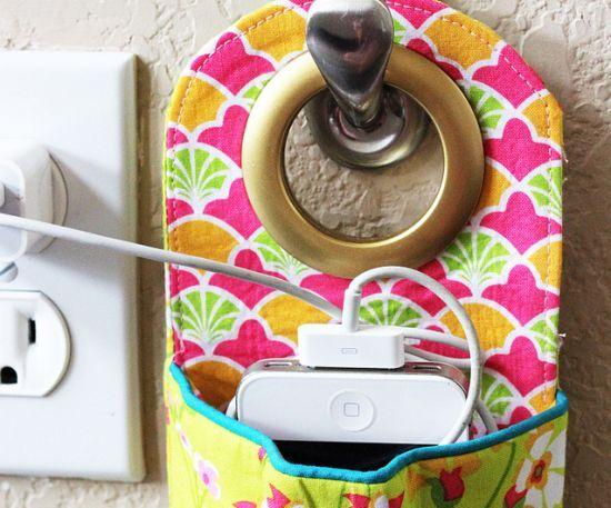 Você pode fazer um suporte para carregador de celular, para facilitar a sua rotina diária ou até mesmo para presentear.