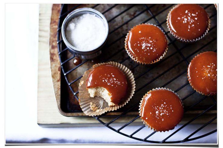 brown sugar cupcakes with a salted caramel glaze.Sugar Cupcakes, Salted Caramel Cupcakes, Brown Sugar, Sel Caramel, Caramel Filling, Caramel Frostings, Caramel Brown, De Sel, Food Cupcakes