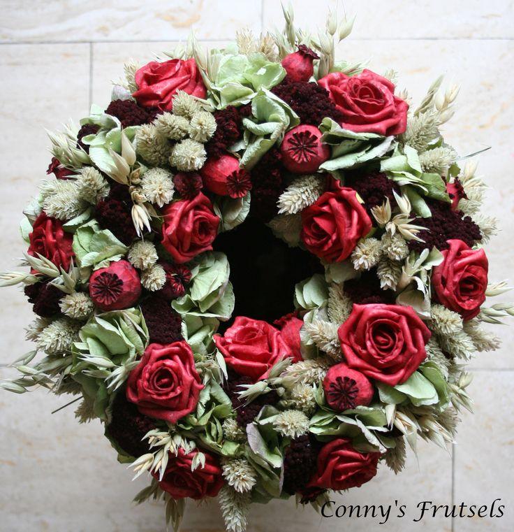 handgemaakte krans van foam rozen en gedroogde bloemen