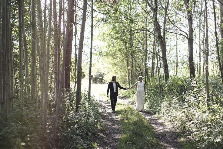 WEDDING COUPLE PHOTOGRAPHY - inspiration - woods - pregnant bride - holding hands - bride and groom - just married - bridal outfit - groom suit - summer - love - photoshoot location