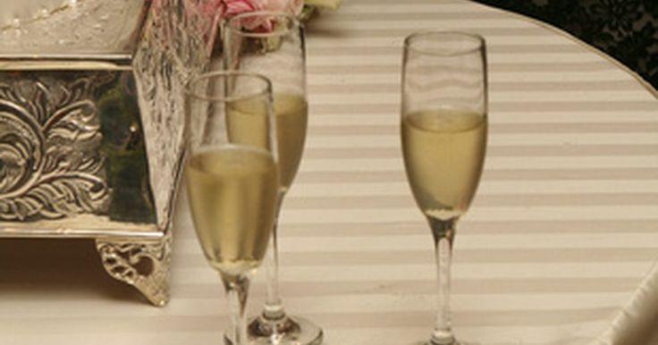 Como deve ser o brinde da irmã da noiva. É natural que a irmã da noiva queira honrar o dia especial de sua irmã com um brinde. Se a irmã é a dama de honra, ela pode brindar após o padrinho. Se ela não faz parte da cerimônia, ela pode brindar após o padrinho, madrinha, os recém-casados e os pais. Independentemente de quando ela faz seu discurso, antes do dia do casamento, a irmã da noiva ...