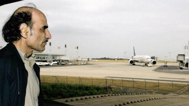 Mehran Karimi Nasseri, apatride depuis la révolution islamique d'Iran, est resté à Roissy quinze ans. Une histoire immortalisée dans Le Terminal, de Steven Spielberg.