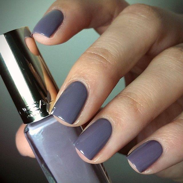 Diese Farbe liebe ich! Lila-grau-blau...  also Taupe! #loreal-Lacke schleichen sich immer mehr in mein Herz. #ParisianRooftops deckt in zwei Schichten und beinhaltet ganz wenig silberne Flitterpartikelchen. Die sieht man auf den Nägeln aber leider gar nicht. Bild ohne Topcoat. #lorealparis #lorealnails #lorealcosmetics #lorealnailpolish #lorealcolorriche #colorriche #nagellack #nailpolish #naillacquer #nailsoftheday #nailsofinstagram @lorealparisde