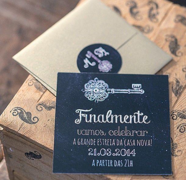 A convocação para a inauguração, em papel preto imitando um quadro-negro, já vem com uma chave. Convite Ninguém Mais Tem