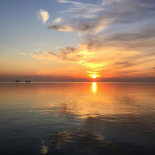 """【natasha.tus】さんのInstagramをピンしています。 《И в этот момент я восхищалась закатом, а человек рядом не сводил глаз с меня. За вечер я задала раз 15 вопрос """"с моим лицом что-то не так?"""", а в ответ """"нет, просто ты красивая"""". И...испортил всю атмосферу. #nature#sunset#newyear#2017#sea#trip#beautifulview #evening#thessaloniki #greece #日没#海#旅行#きれい#景色#自然#夜#テッサロニキ#ギリシャ》"""