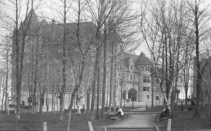 Château Frontenac vu de la Place d'Armes (Rue Saint-Louis ) de Fred C. Würtele en Mai 1897