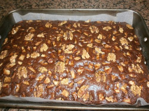 Tündéri jó recept, alig van munka vele, de a sütemény bámulatos!  Hozzávalók:  40 dkg liszt 20 dkg cukor 1 tasak sütőpor 2 evőkanál cukrozatlan kakaópor…